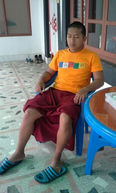 nepal-acupunture-man