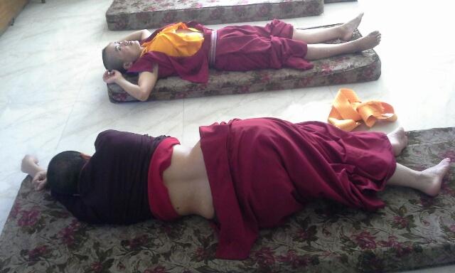 nepal-acupunture-nuns-5